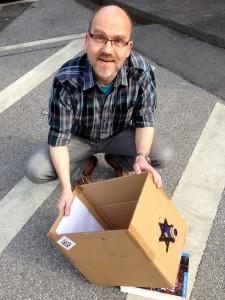 Der Mann mit dem Karton...
